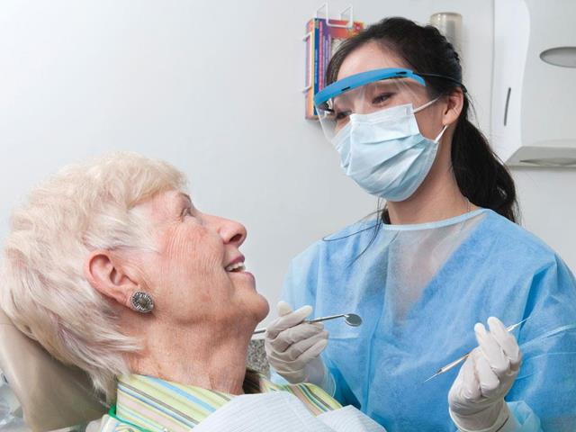 مراجعه به دندانپزشکی برای مراقبت از دندان های طبیعی و ایمپلنت شده | نخ دندان مینا