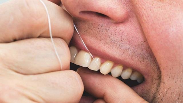 مراقبت از دندان ها با نخ دندان کشیدن | شرکت ستاره گنبد مینا