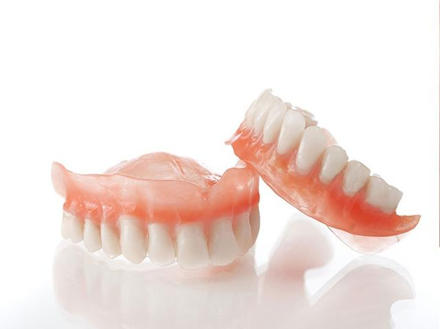 استفاده از دندان مصنوعی یکی از علل بیماری لثه لوکوپلاکیا | نخ دندان مینا