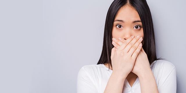 بوی بد دهان، یکی از نشانه های بیماری لثه ها | نخ دندان مینا
