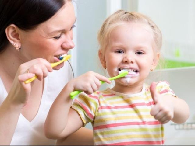 والدین الگوی کودکان در رعایت بهداشت دهان و دندان | نخ دندان مینا