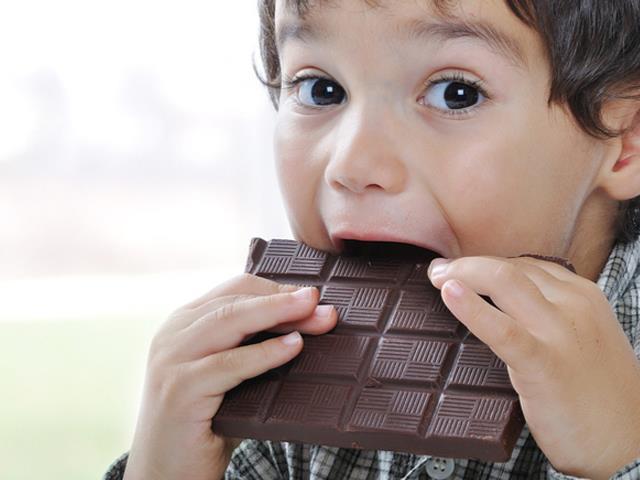شکلات و شیرینی عاملی مخرب در سلامت دندان کودک | نخ دندان مینا