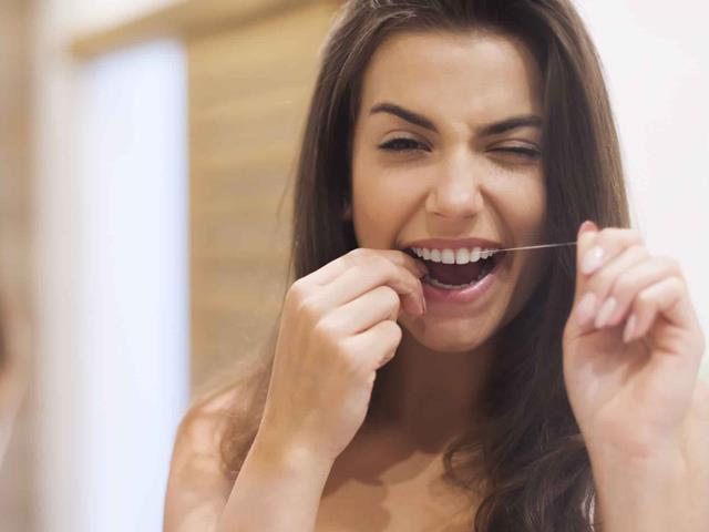 مراقب از دندان های روکش شده با نخ دندان کشیدن | شرکت ستاره گنبد مینا