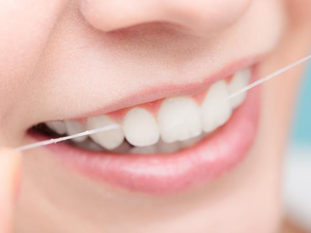استفاده از نخ دندان برای سلامت دهان و دندان | نخ دندان مینا