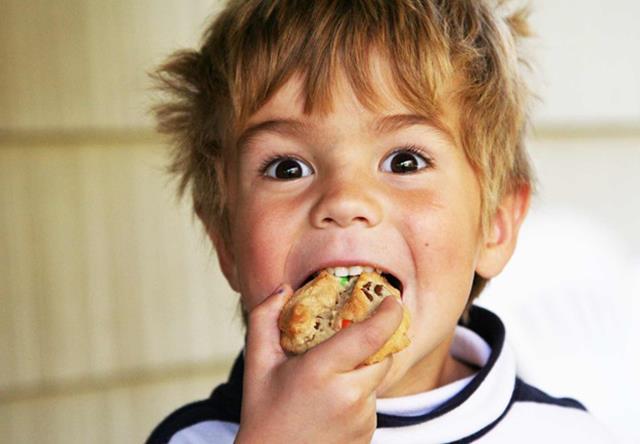 علت های پوسیدگی دندان | نخ دندان مینا