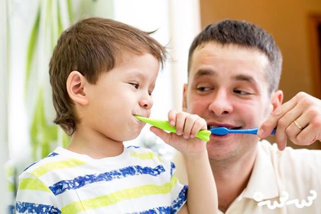 مسواک زدن عاملی کلیدی در حفظ سلامت دهان و دندان | نخ دندان مینا