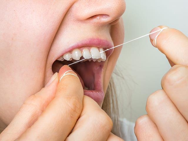 محافظت و جلوگیری از پوسیدگی دندان با نخ دندان کشیدن | نخ دندان مینا