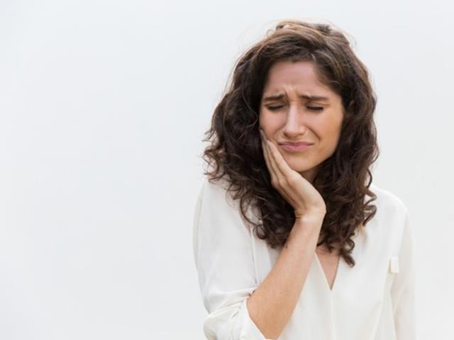 خطرات آبسه دندان | نخ دندان مینا