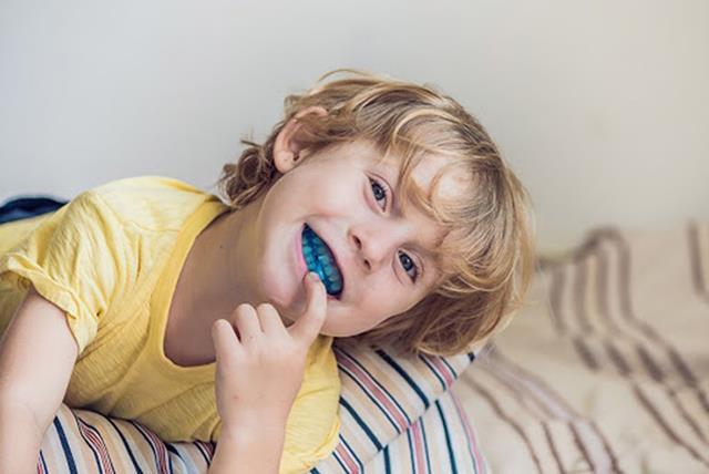 استفاده از گارد دندان برای جلوگیری از خراب شدن دندان ها بر اثر دندان قروچه | نخ دندان مینا
