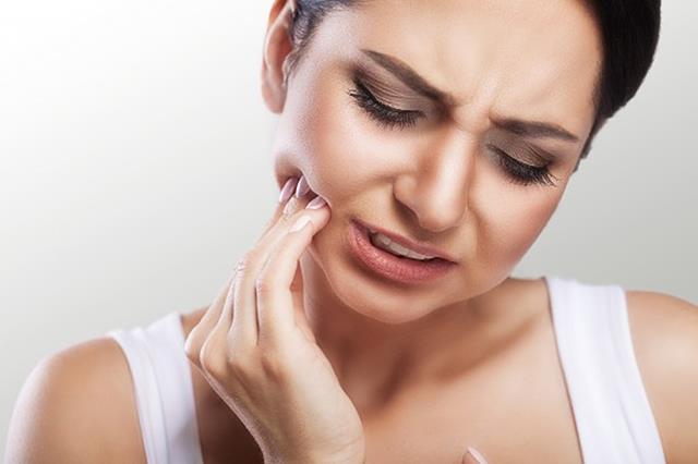 آنژین می تواند باعث بروز دندان درد شود | نخ دندان مینا