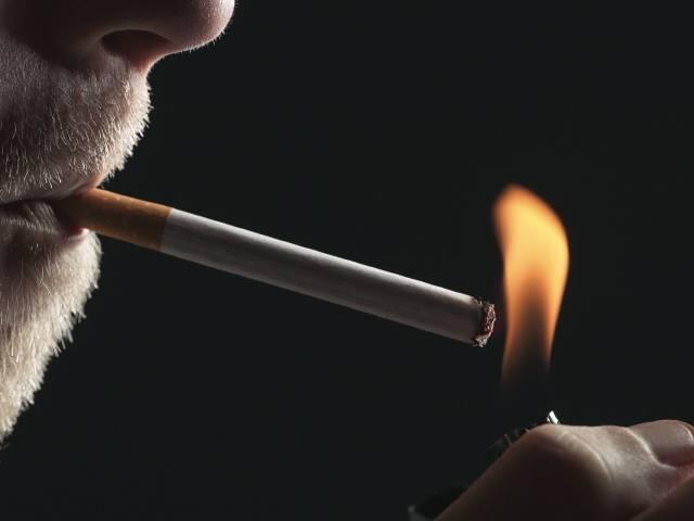 سیگار کشیدن و تاثیر آن بر دندان ها | نخ دندان مینا