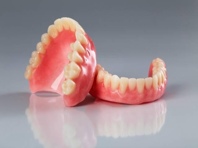 یک نمونه دندان مصنوعی کامل   نخ دندان مینا