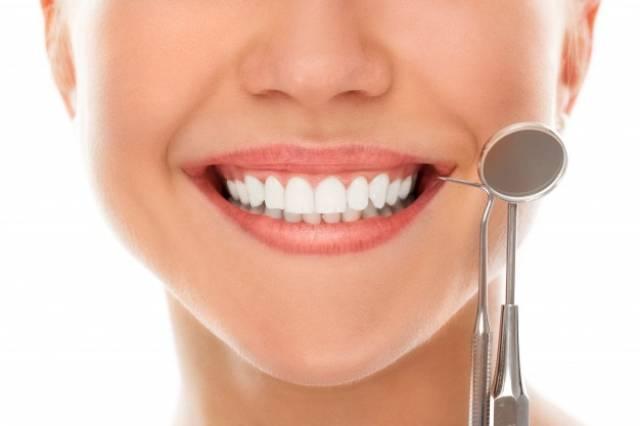 اهمیت مصرف مواد غذایی مفید برای زیبایی دندان | نخ دندان مینا