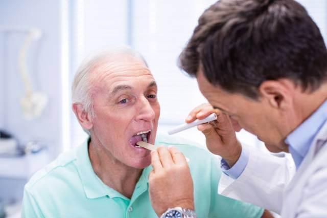 برسی زبان برای تشخیص سرطان زبان | نخ دندان مینا