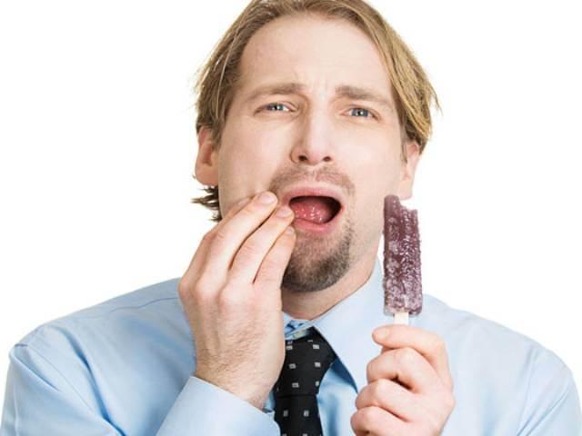 دلایل ایجاد حساسیت دندان | نخ دندان مینا