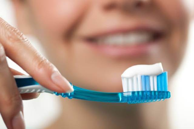 مسواک زدن | شرکت نخ دندان مینا