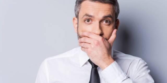 عوارض خوابیدن با دهان باز ، بوی بد دهان | شرکت نخ دندان مینا