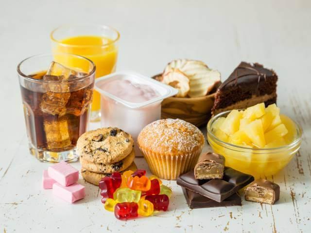 ۱۲ ماده غذایی که باعث رنگی شدن دندان می شود | شرکت نخ دندان مینا