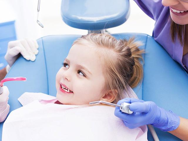 خصوصیات یک دندانپزشک کودکان خوب | شرکت نخ دندان مینا
