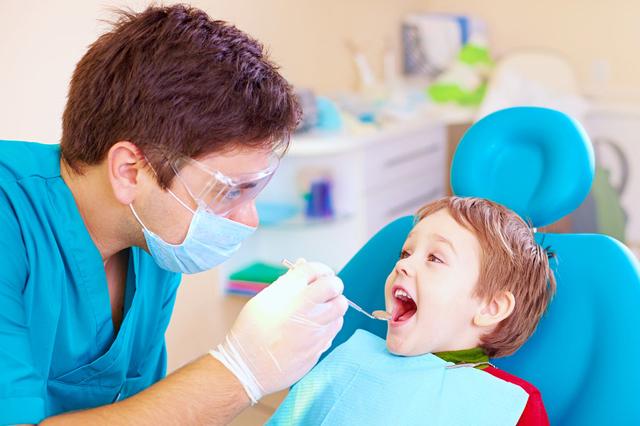 رفتار و اخلاق مناسب دندانپزشک با کودکان   شرکت نخ دندان مینا