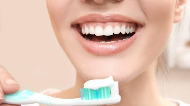 مسواک زدن روزانه   شرکت نخ دندان مینا