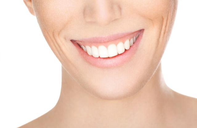 علل ایجاد لبخند لثه ای | شرکت نخ دندان مینا